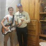 Egy tehetséges fiú aki tud zenélni és szeretett volna egy gitárt, adományozóinktól megkapta!